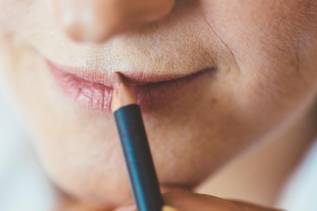 Una matita dipinge le labbra di Daniela