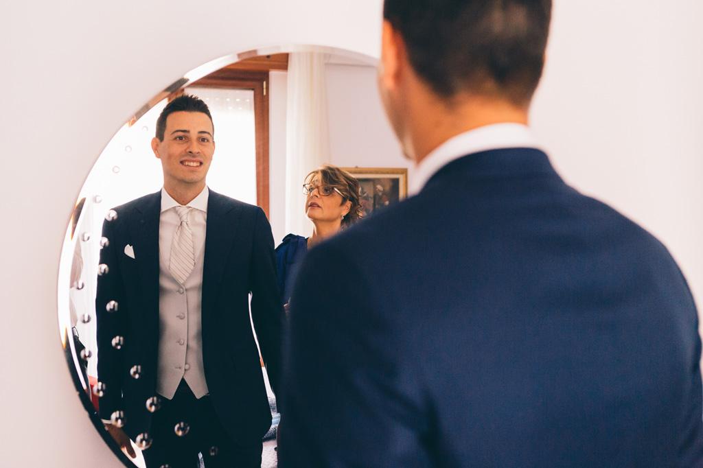LO sposo si specchia davanti allo specchio