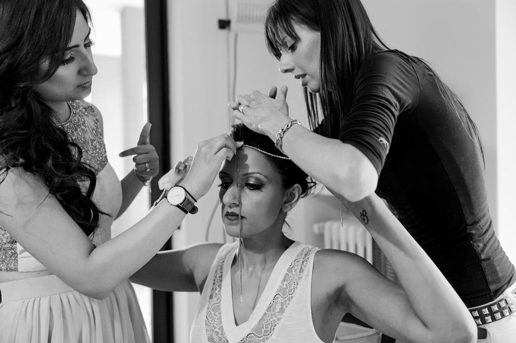 La sposa è adornata dalle damigelle