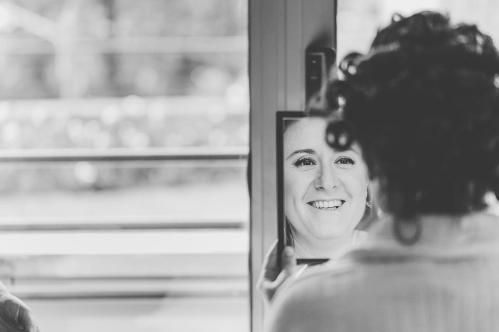 La sposa si osserva davanti allo specchio