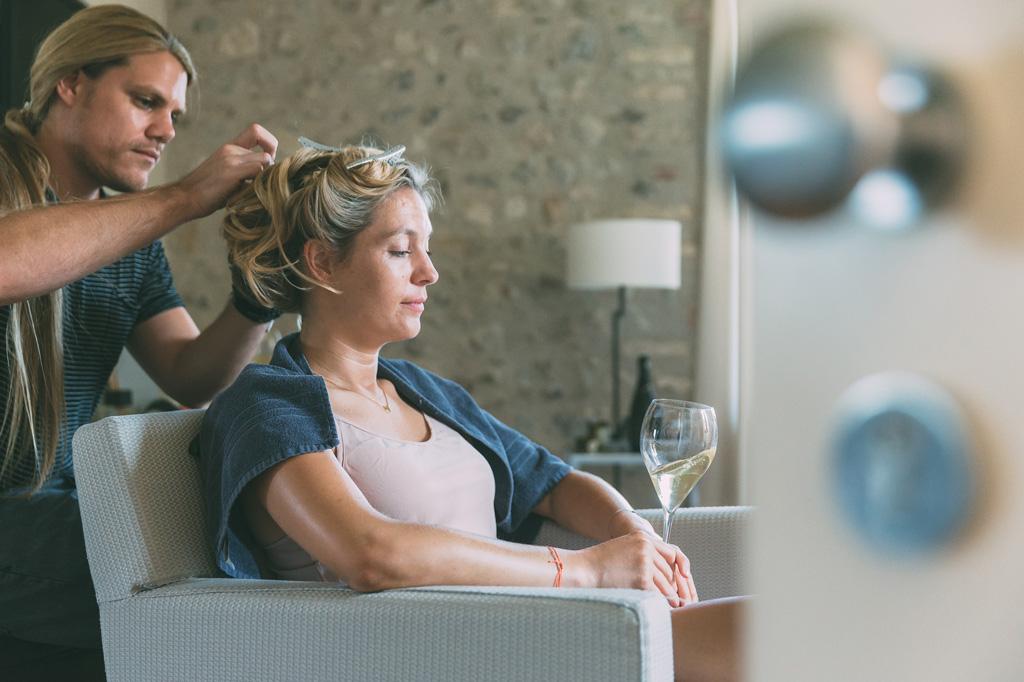 Il parrucchiere acconcia la sposa durante la preparazione