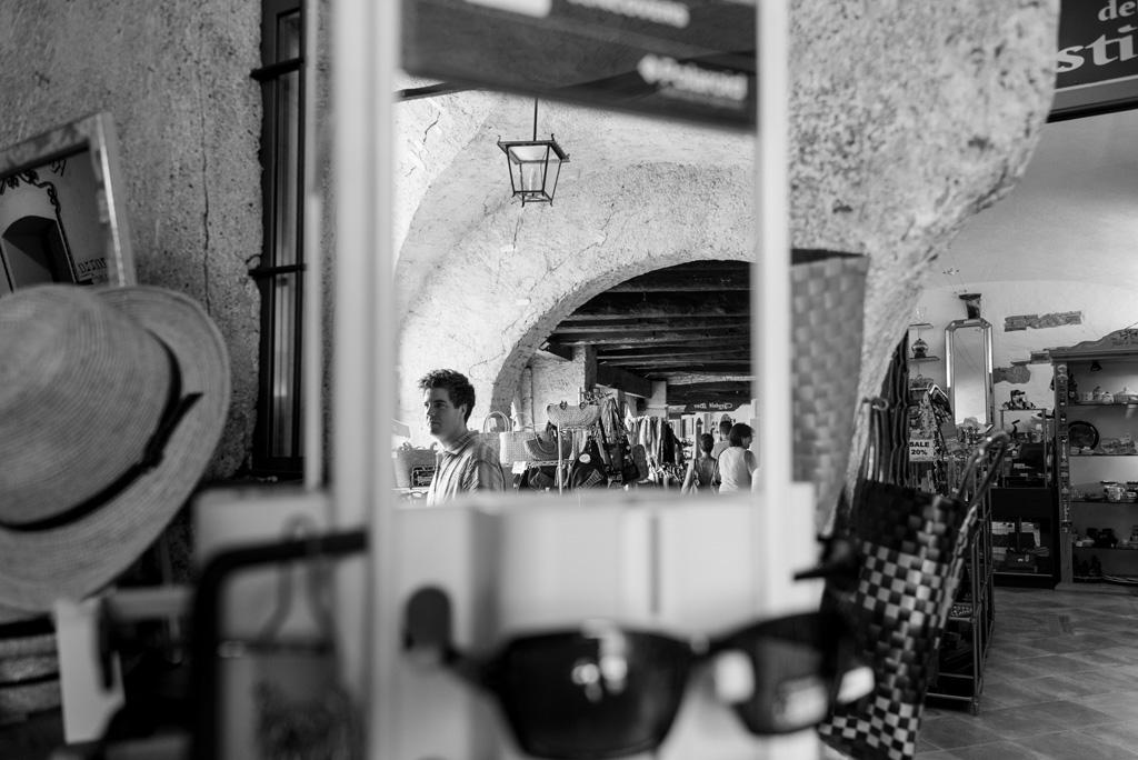 Lo sposo è riflesso su uno specchio durante alcuni acquisti