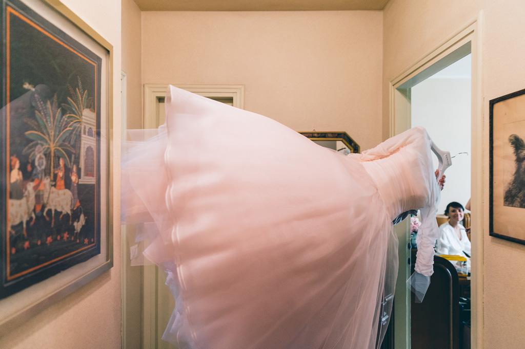 Il vestito della sposa vola in camera pronto per essere indossato