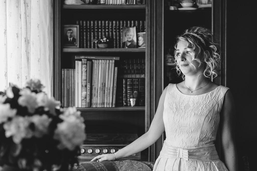 Lidia guarda verso l'orizzonte con indosso il suo bel vestito da cerimonia