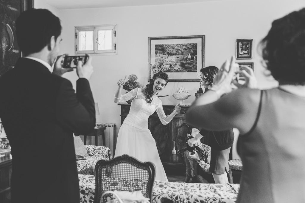 Gli invitati scattano immagini con il cellulare alla sposa