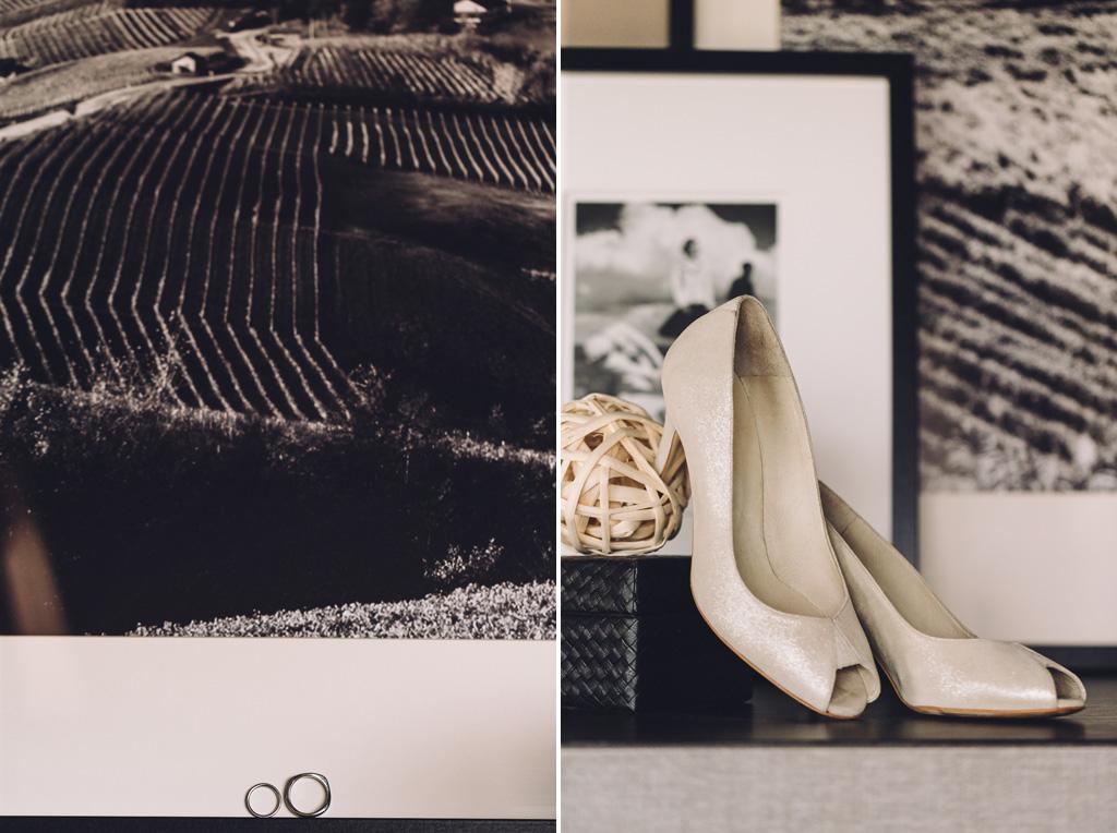 Le scarpe e le fedi della sposa e sullo sfondo alcune fotografie