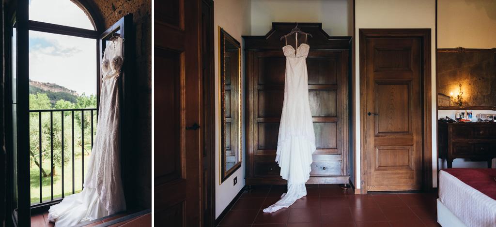 Il bellissimo vestito della sposa è appeso su un armadio