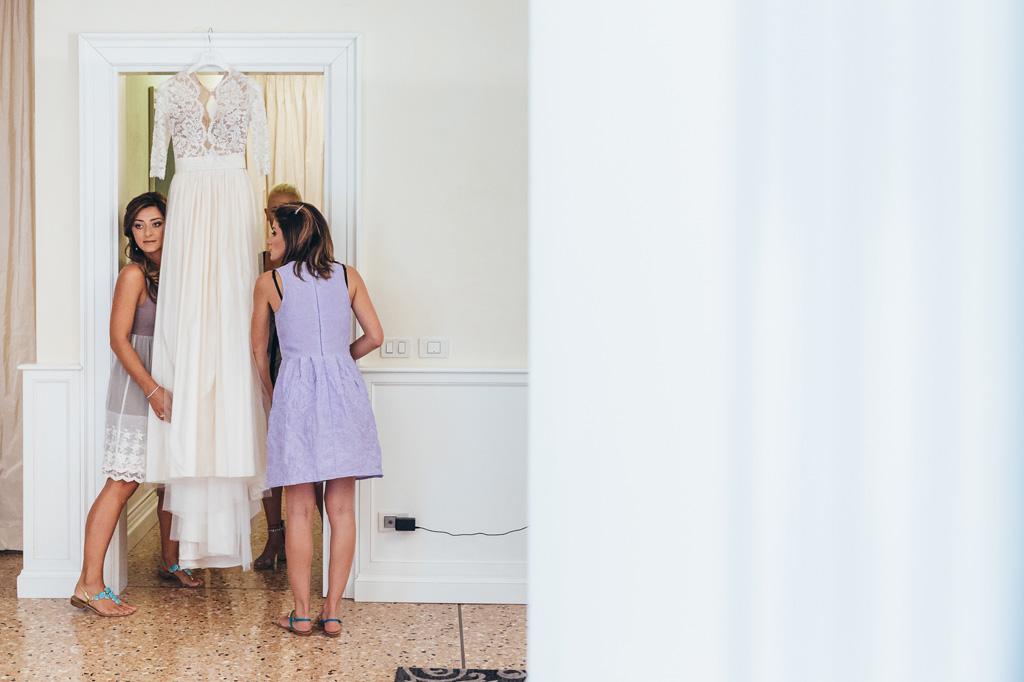 Le damigelle preparano il vestito della sposa
