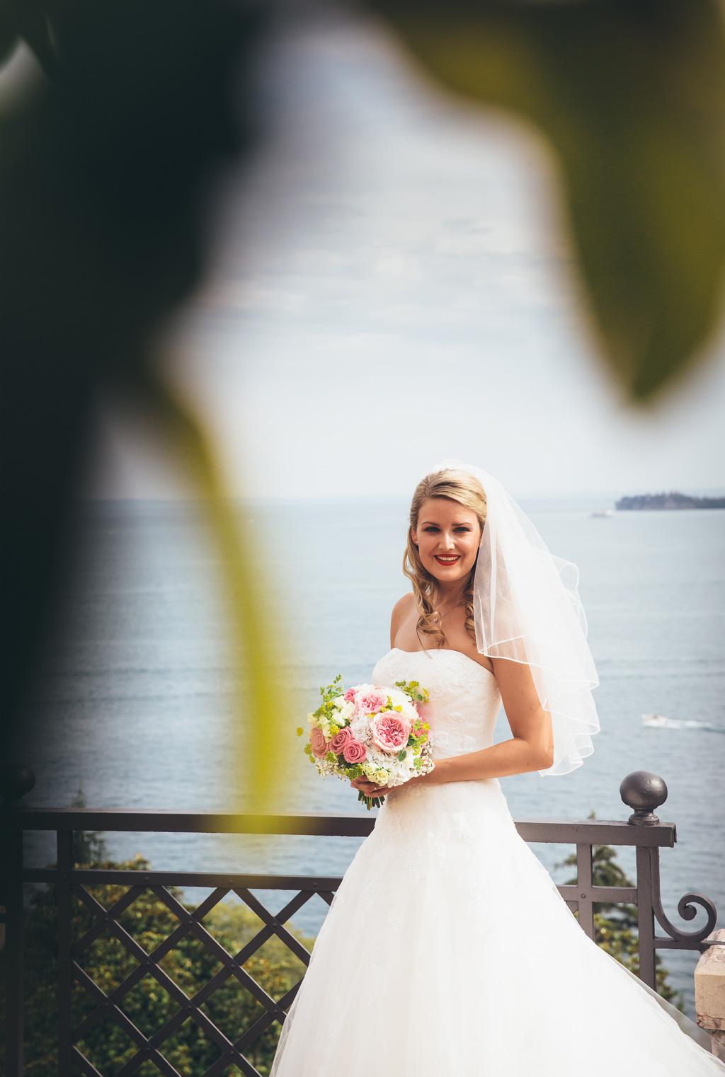 La bella sposa bionda sorride davanti all'obiettivo del fotografo