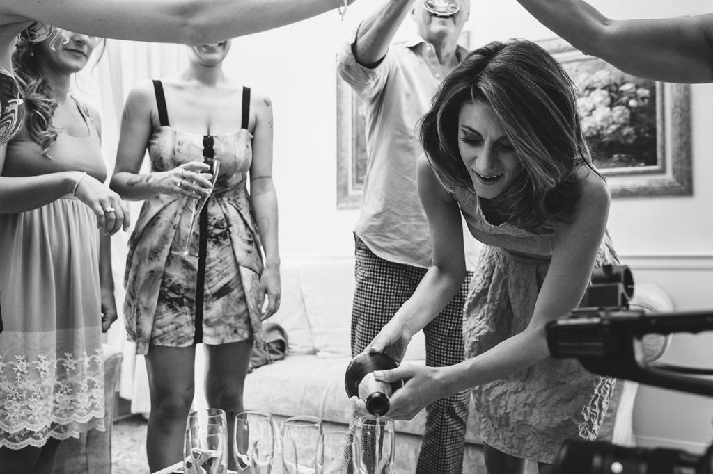 Le damigelle festeggiano con una bottiglia di champagne durante la preparazione