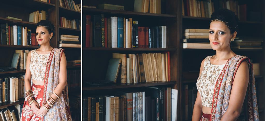 La fotografa è in posa di fronte a una biblioteca