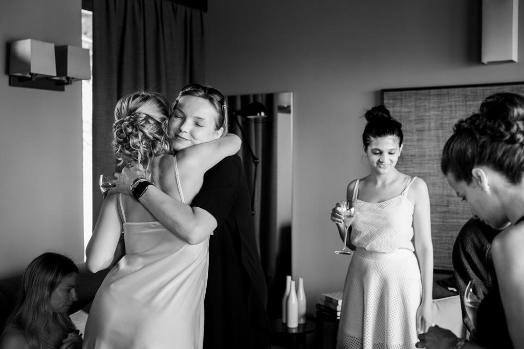 La sposa abbraccia le damigelle durante la preparazione