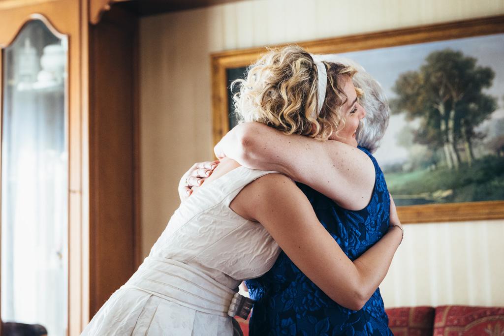 Lidia abbraccia una parente