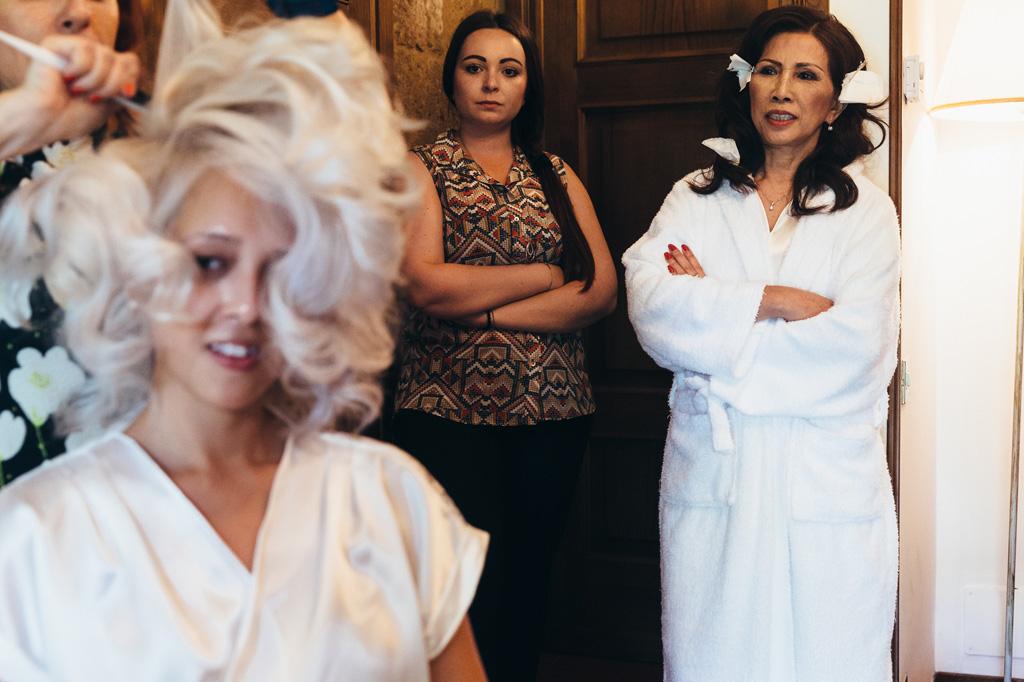 Le damigelle osservano la sposa durante la preparazione