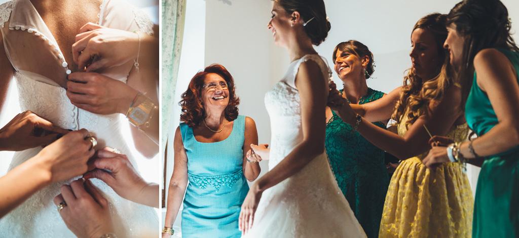 Le damigelle abbottonano il vestito di Silvia durante la preparazione