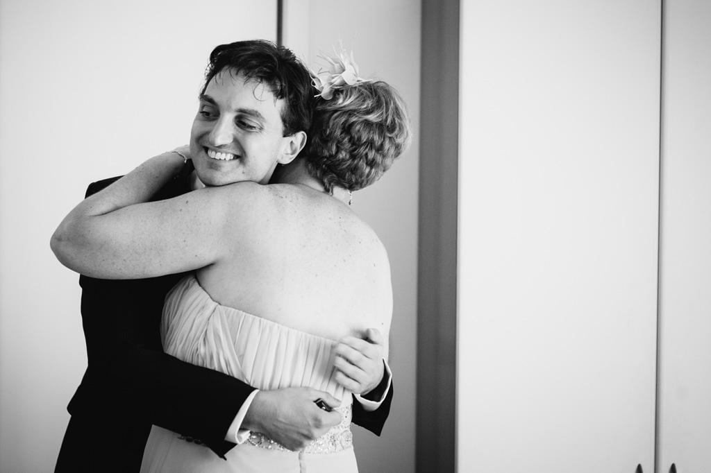 La madre abbraccia e bacia il figlio Danilo prima di partire per la cerimonia