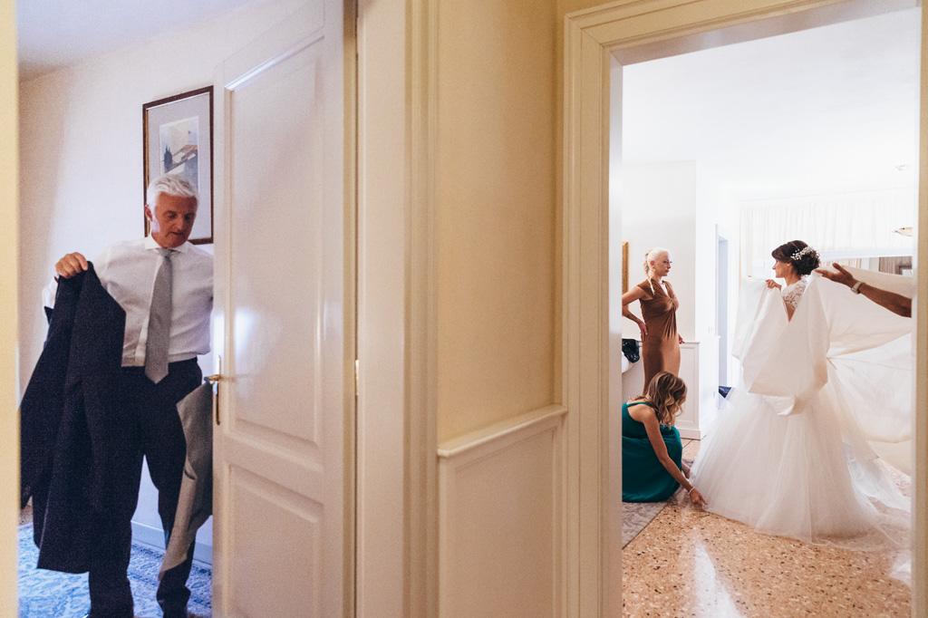 Il padre e la sposa si preparano per la cerimonia di matrimonio