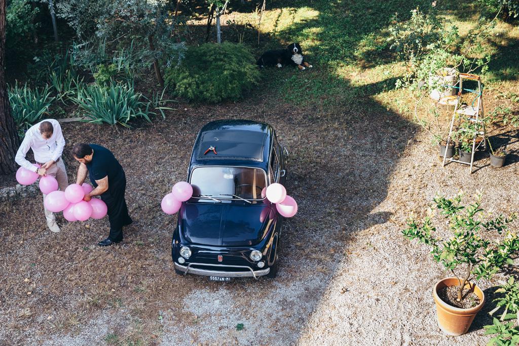 Una Fiat 500 bluadornata di palloncini attende l'arrivo della sposa