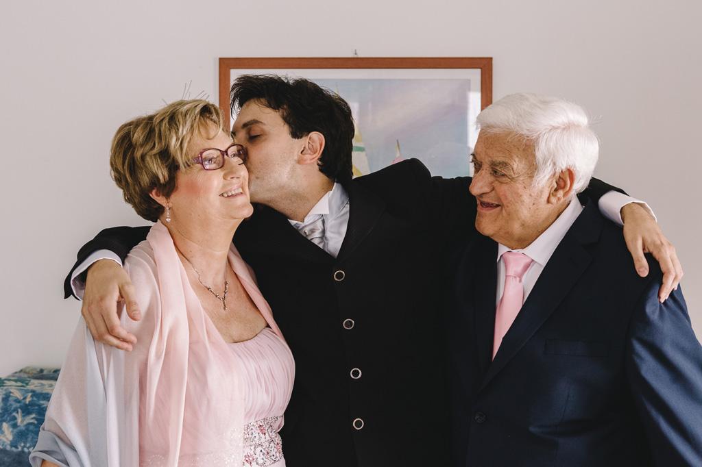 Danilo bacia affettuosamente i parenti