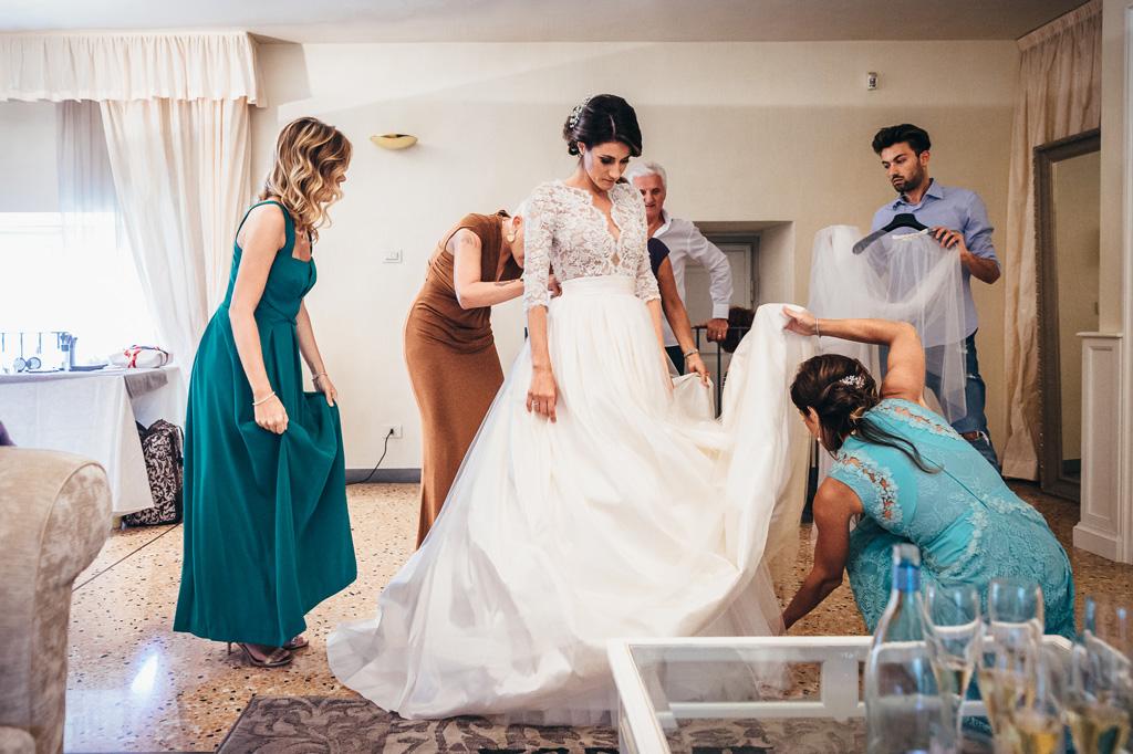 La sposa è assistita dalle damigelle durante la preparazione