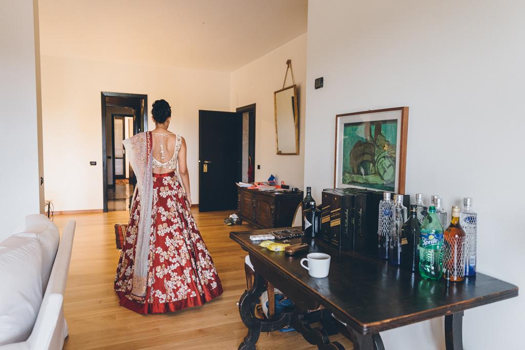 La sposa cammina per la stanza dell'hotel