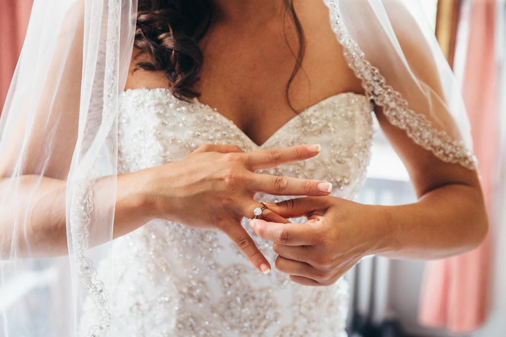 La sposa Loreanne indossa un anello dal forte valore simbolico