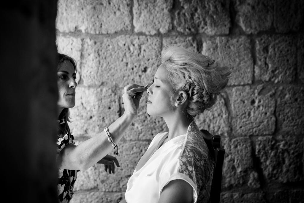 La truccatrice sistema la sposa prima della cerimonia