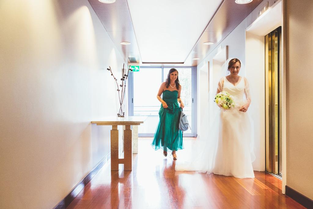 La sposa Daniela si dirige in direzione dell'ascensore