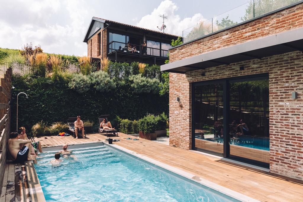 Una panoramica della piscina in cui si rilassa lo sposo