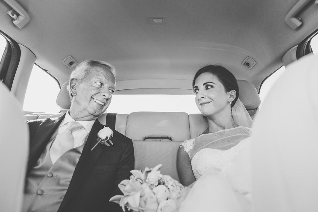 La sposa scambia uno sguardo d'intesa con il padre