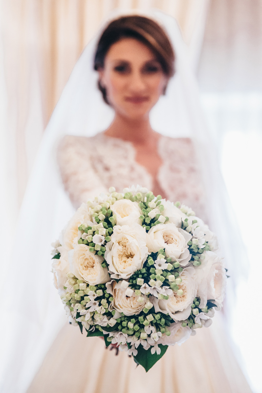 La sposa Beatrice è in posa con il bouquet nella mano