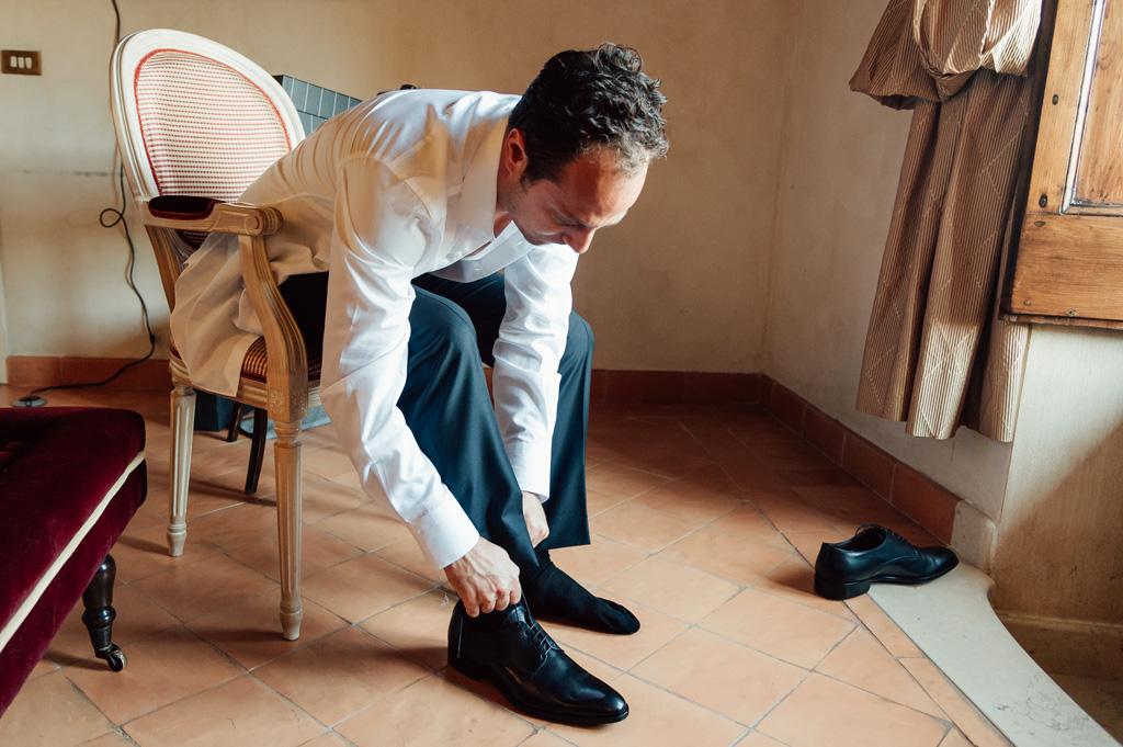 Emmanuel sistema le scarpe in camera