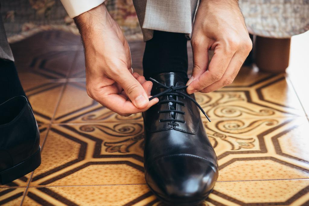 Riccardo allaccia le scarpe da cerimonia