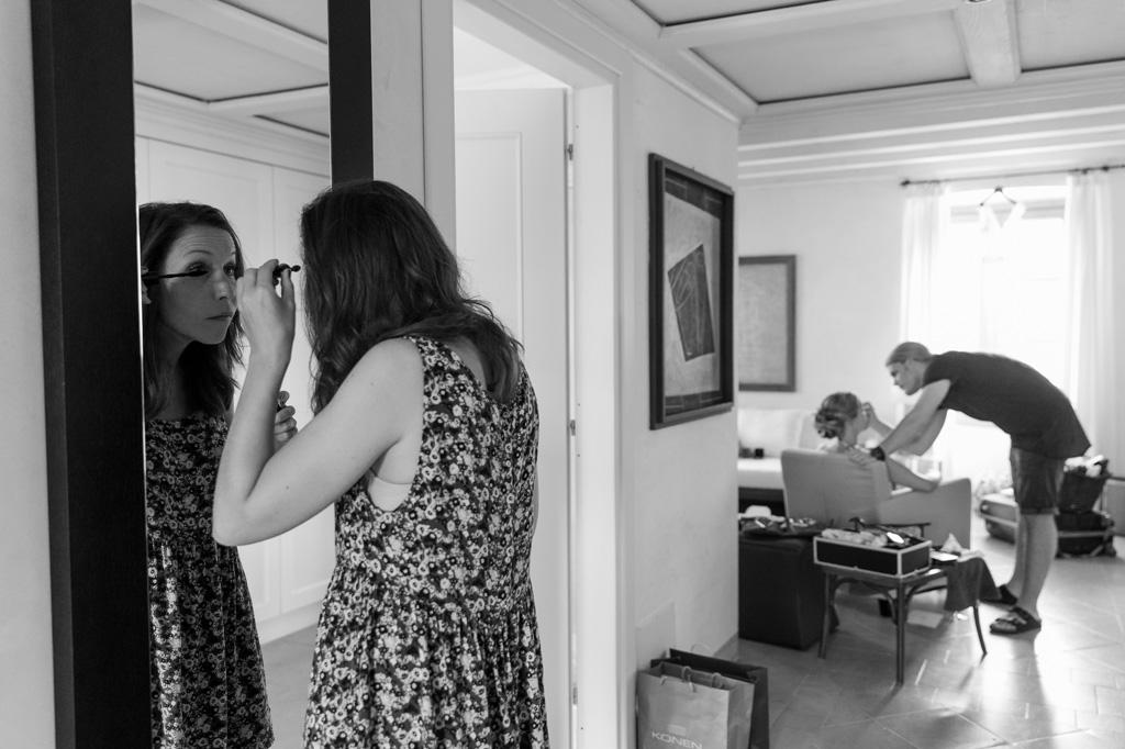 Una damigella si abbellisce davanti allo specchio