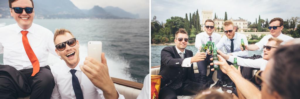 Gli invitati bevono una birra in barca durante il tragitto presso il Lago di Garda