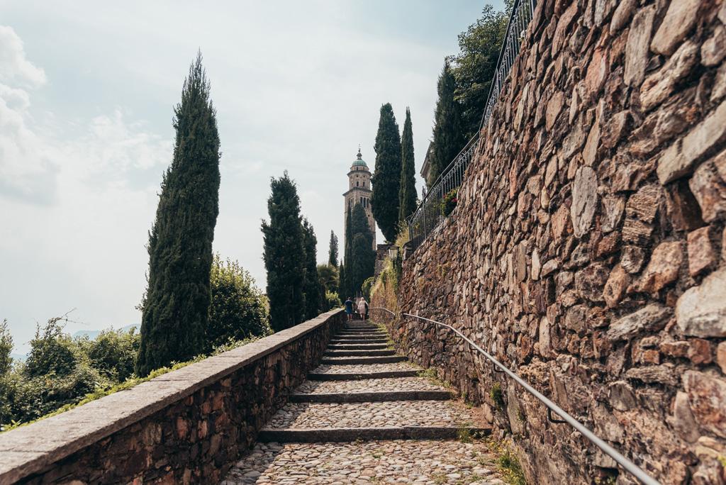la panoramica di una scalinata presso Lugano in Svizzera