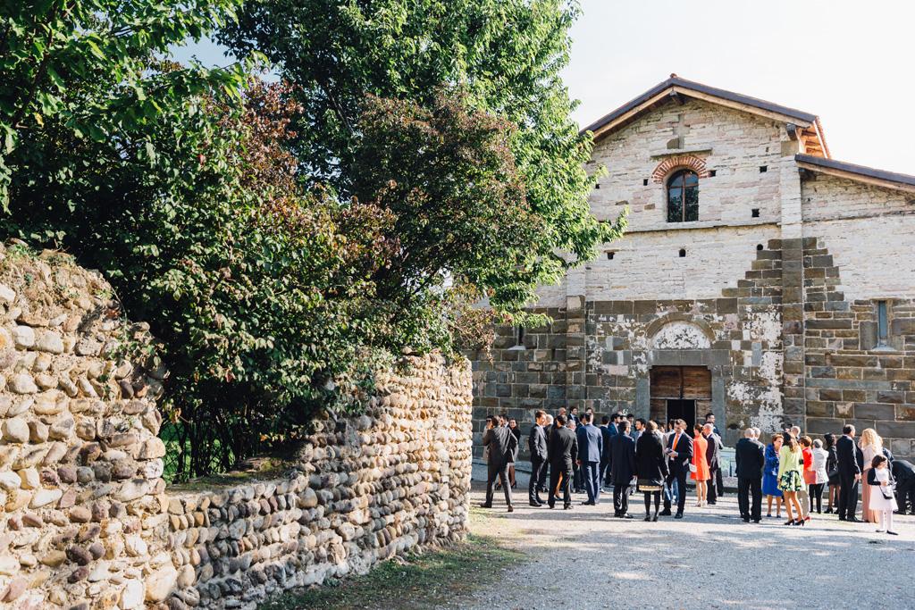 Gli invitati attendono gli sposi all'estremita