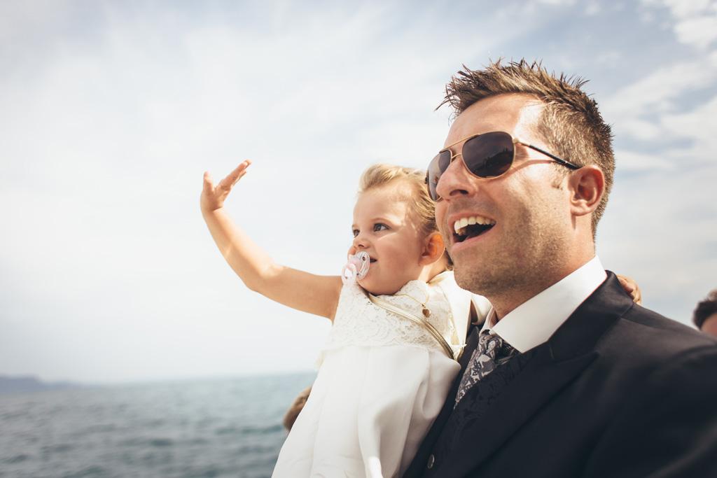 Lo sposo Martin sorride in compagnia di una bambina