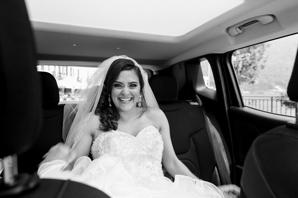 La sposa sorride raggiante durante il viaggio su una Lamborghini