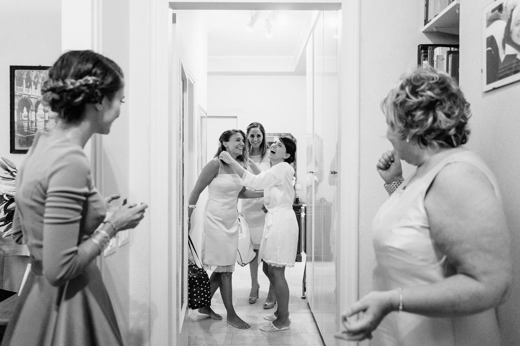 Le damigelle abbracciano la sposa entusiaste