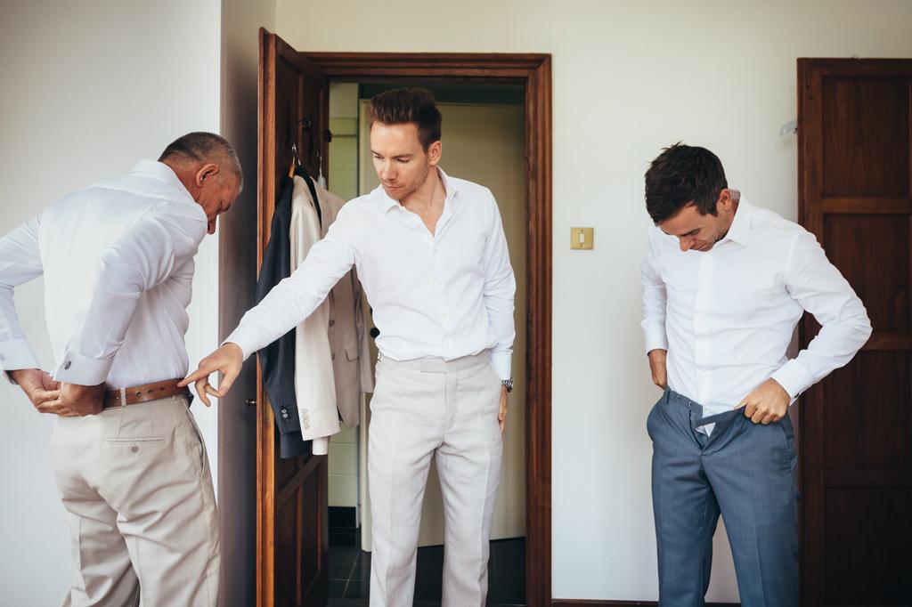 Lo sposo e gli invitati si preparano per la cerimonia di matrimonio