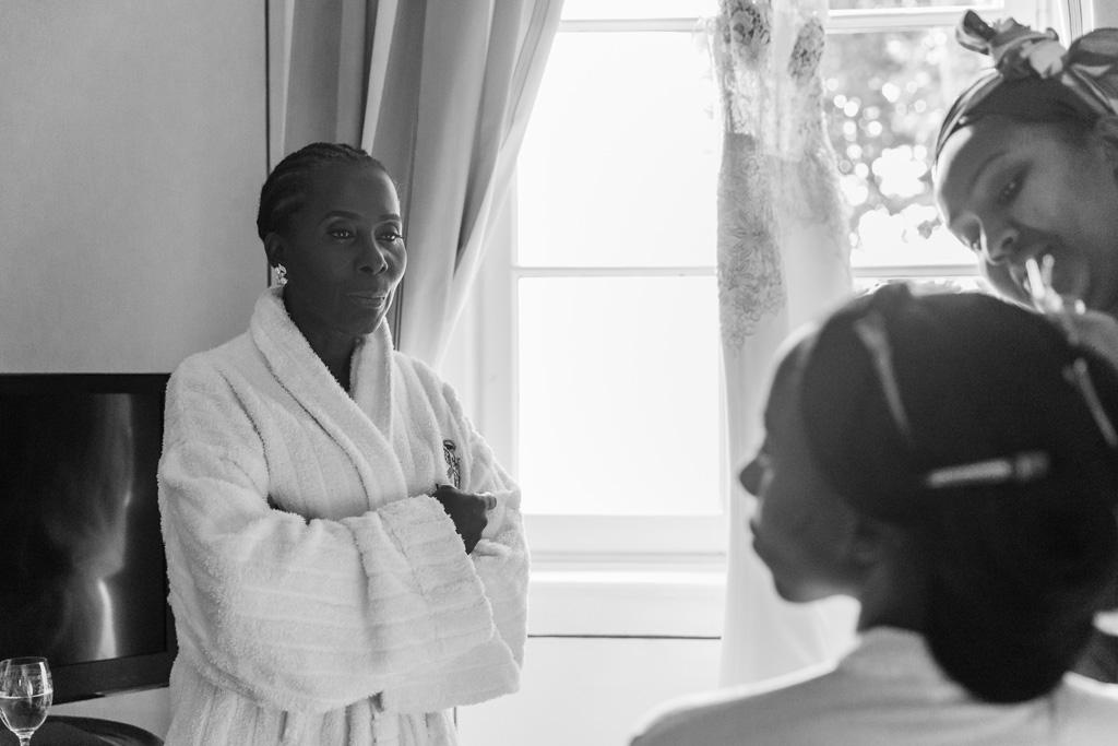 La madre osserva attentamente la preparazione di Ayesha