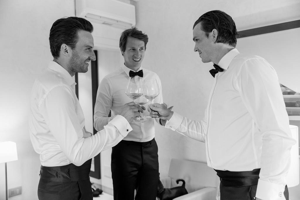 Lo sposo brinda con gli ospiti durante la preparazione