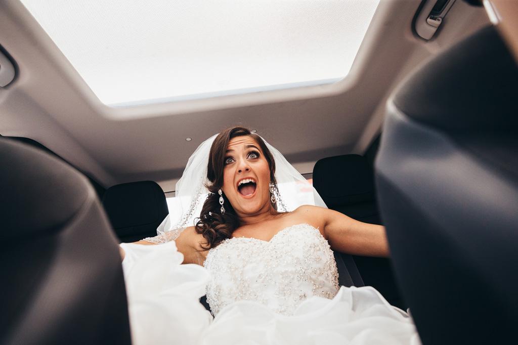 Lo stupore della sposa durante il viaggio in direzione della cerimonia del matrimonio