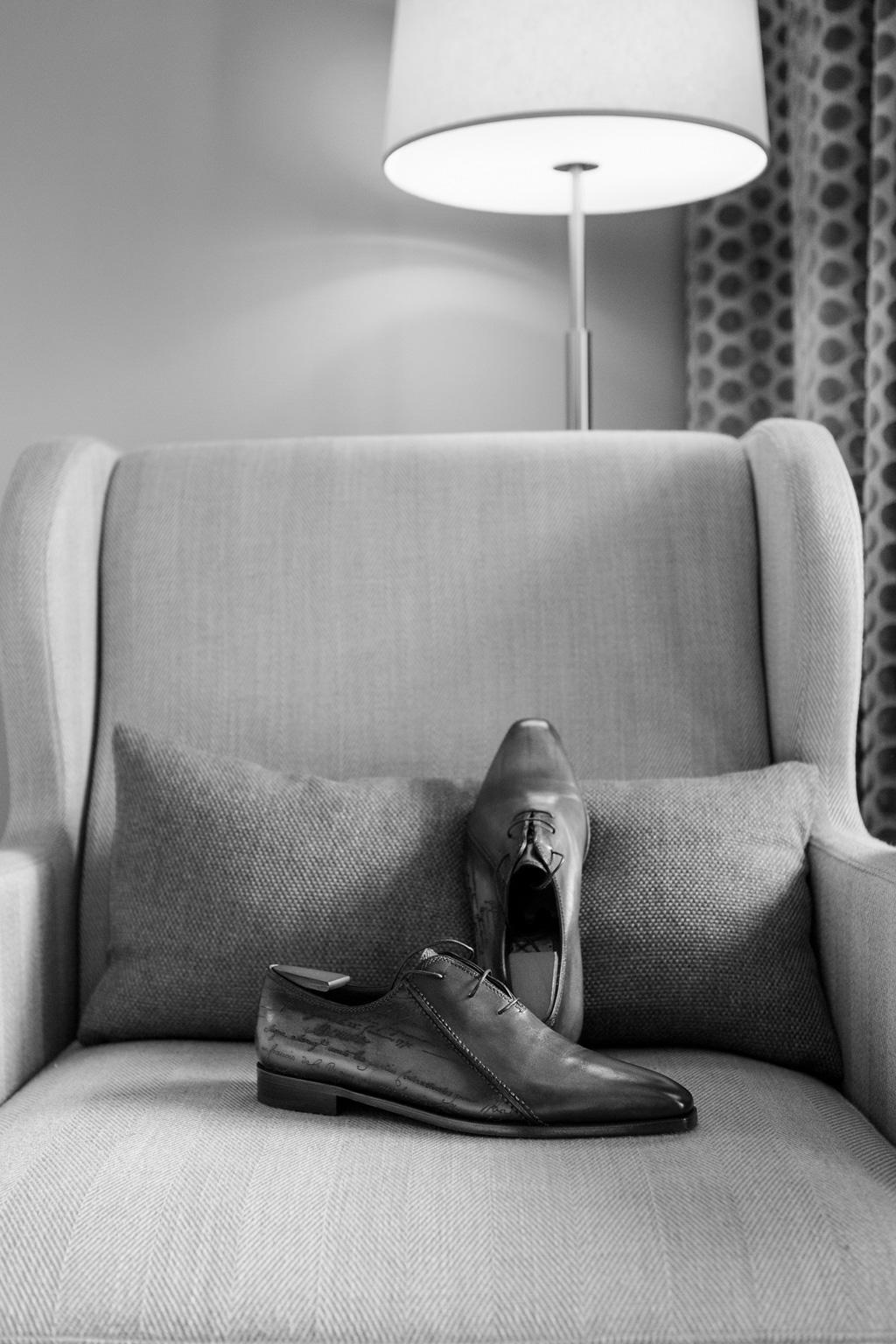 Le scarpe dello sposo sono in mostra sul divano
