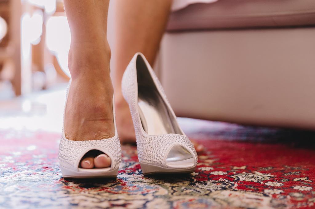 La sposa indossa le scarpe da cerimonia