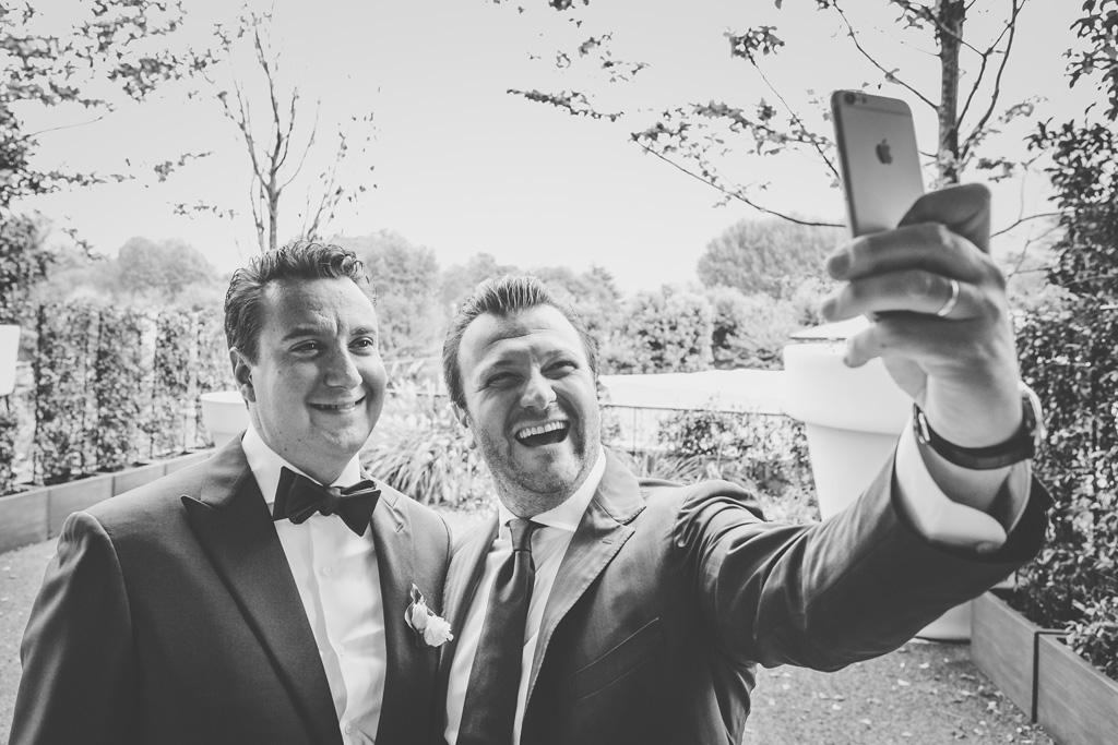 Un'ospite si scatta un selfie con Luca in un momento immortalato da Alessandro Della Savia