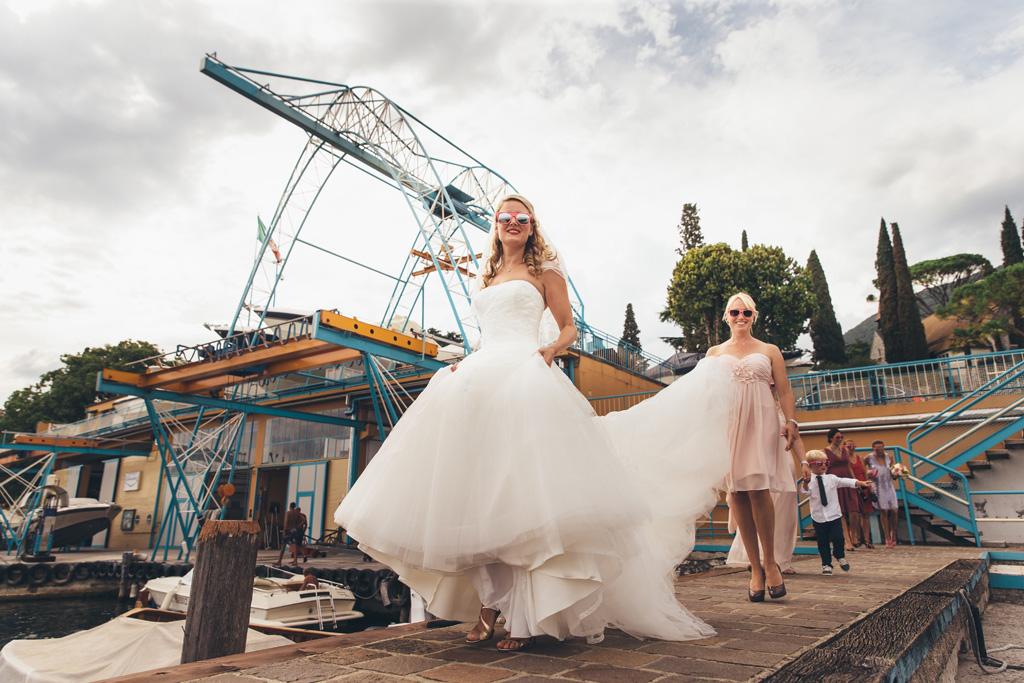 La sposa Kathrin raggiunge la barca in compagnia di una damigella
