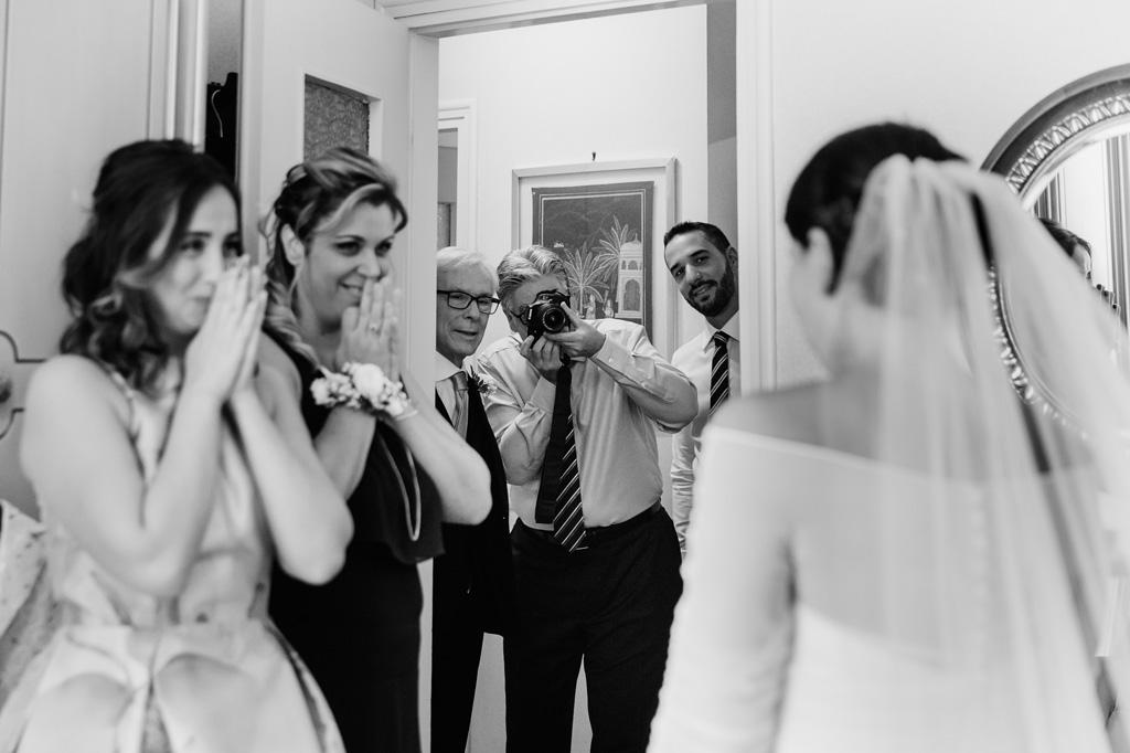 Un parente scatta una fotografia alla sposa
