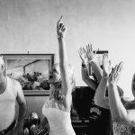 La sposa ride e scherza con i parenti in uno scatto immortalato da Alessandro Della Savia
